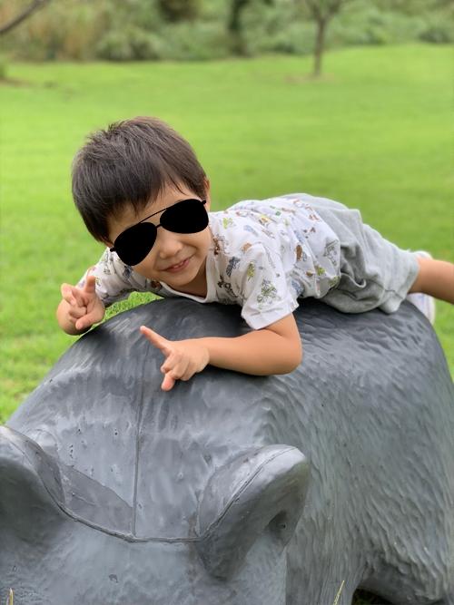 芝生広場で遊ぶ我が子